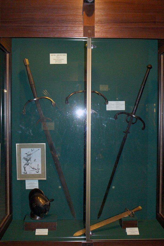 Дворучні мечі з колекції Львівського Арсеналу