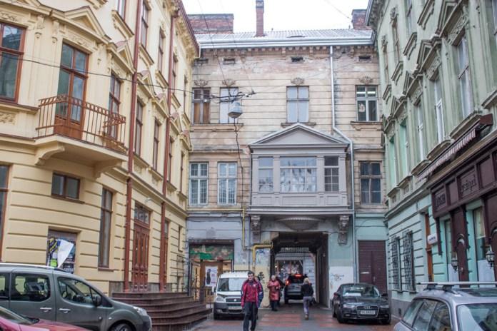 Вхід до пасажу Гаусмана з вул. Сикстуськоі ( Дорошенка ), нині проїзд Крива Липа, 2015 р.