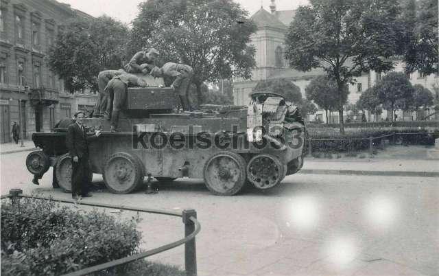Розбита радянська техніка, на пл. Бернардинській ( нині - пл. Соборна )