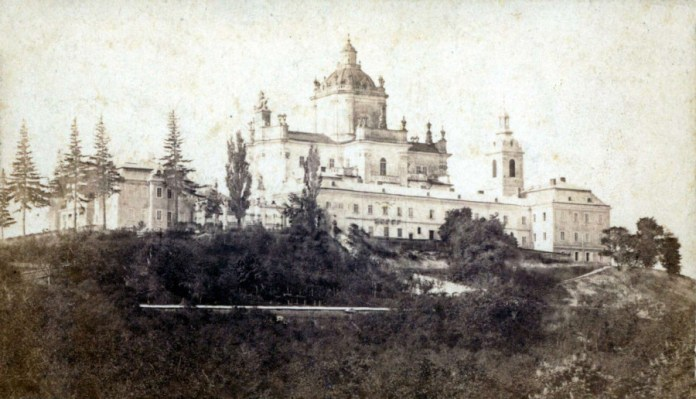 Одне з перших фотографічних зображень Собору Юра, ймовірно авторства Кароля Фердинанда Лянга, 1865 рік