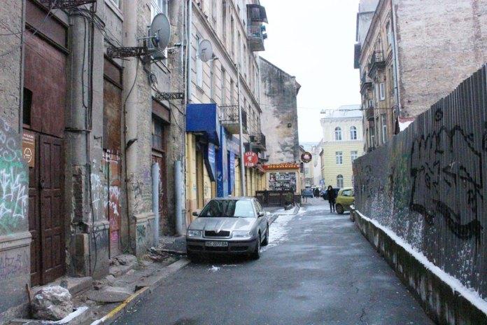 Перспектива вулиці Нижанківського в напрямку вул. Князя Романа, праворуч -ділянка під забудову, фото 2015 року