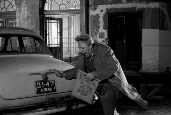 """Ю. Нікулін у сцені """" пограбування """" інкасатора, вул. Грушевського - Драгоманова, 1970 рік"""
