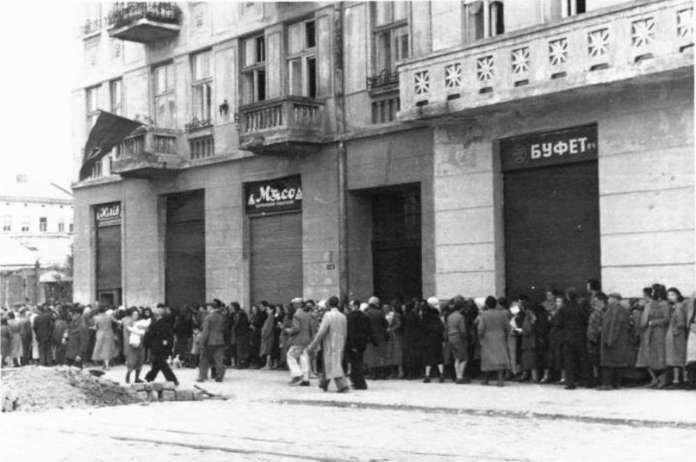 Черги за продуктами перших днів окупації, вул. Б. Хмельницького