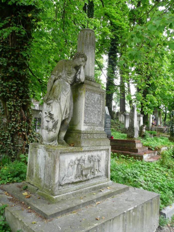 Припущення що це пам'ятник на могилі Розалії Мєленєвської з Ґросс-Рипінських (поле №19 на Личаківському цвинтарі)