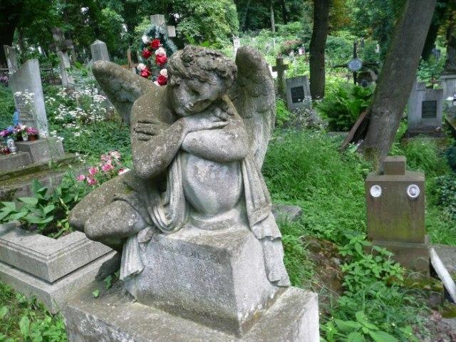 Мала скульптура бога сну Гіпноса на могилі 26-літньої Марії Дєбель-Круа (між полями №15 і №13 на Личаківському цвинтарі)