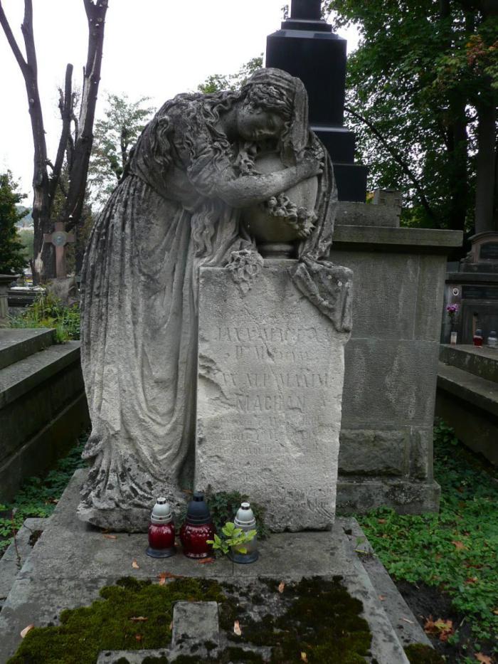 Надгробок хірурга, професора медицини Львівського університету Йоганна (Яна)  Махана (між полями №67 і №68 на Личаківському цвинтарі)