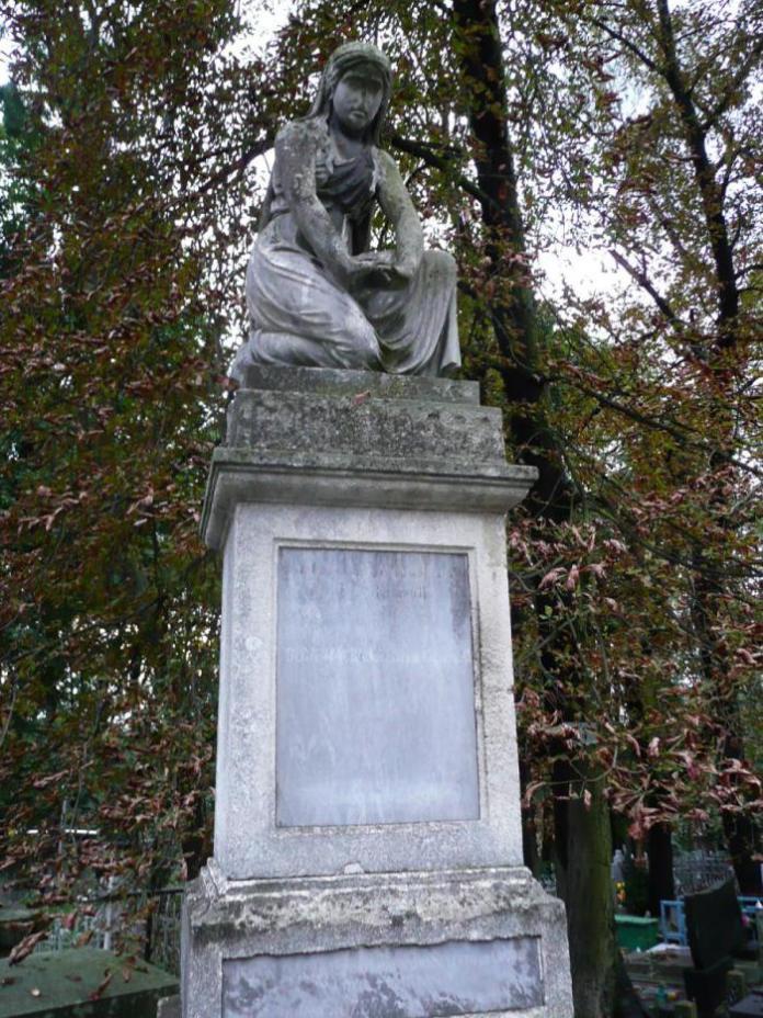 Пам'ятник родини Маханів (на розі біля поля №31 на Янівському цвинтарі)