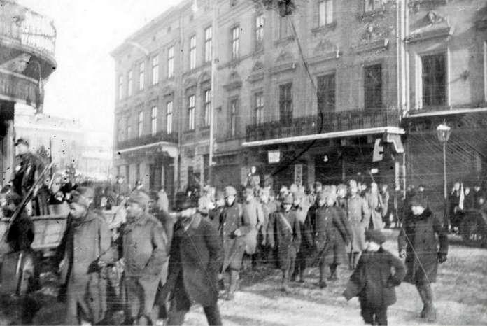 Колона полонених українців на нин. пл. Соборній, листопад 1918 року