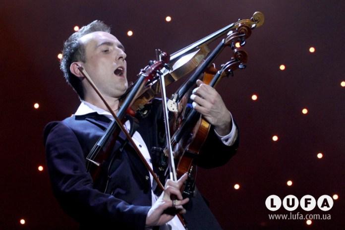 Скрипаль Олександр Божик грає на чотирьох скрипках одночасно під час концерту у Львові. Фото: Маріан Стрільців / LUFA