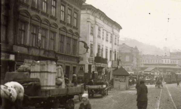 Вид на західний бік Краківської торговиці з пл. Голуховських ( нин. Торгова ), фото 1920 - х рр.