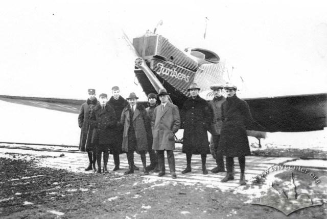 Junkers F.13 і пасажири першого рейсу Гданськ - Варшава - Львів, фото, 1922 рік.