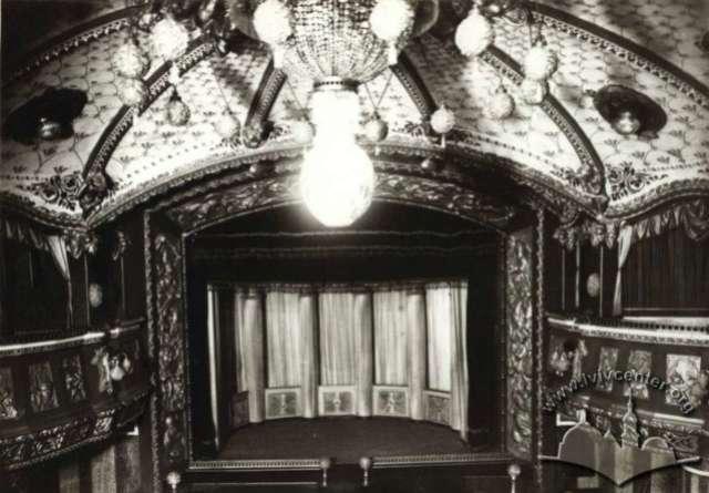 """Сцена львівського """" Казино де Парі """" ( пізніше """" Багатели """", де, зокрема популярним був жанр ревю, фото міжвоєнного періоду"""