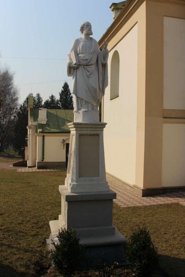 Фігура св. апостола Петра на тер. церкви. Фото 2015 року