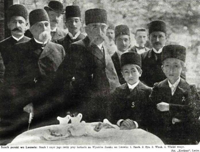 Перський шах із наближеними під час прогулянки теренами Вистави у нин. Стрийському парку, 1905 рік
