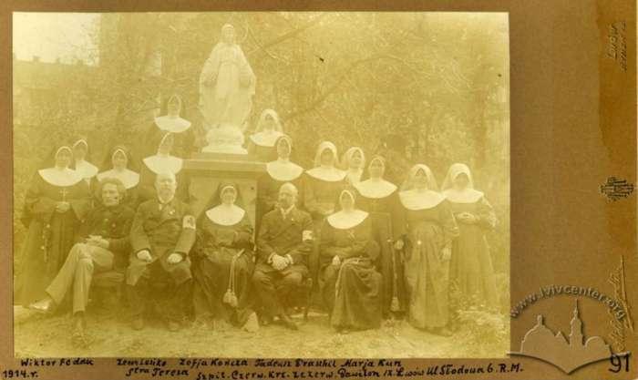 Представники Червоного Хреста біля скульптури Богородиці на тер. закладу Солецького, 1914 рік