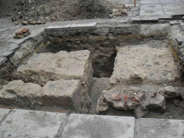 Фундаменти готичної Великої синагоги, віднайдені в ході розкопок 2012 року