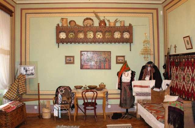 Кімната у гуцульському стилі в маєтку Грушевських. Фото 2015 року
