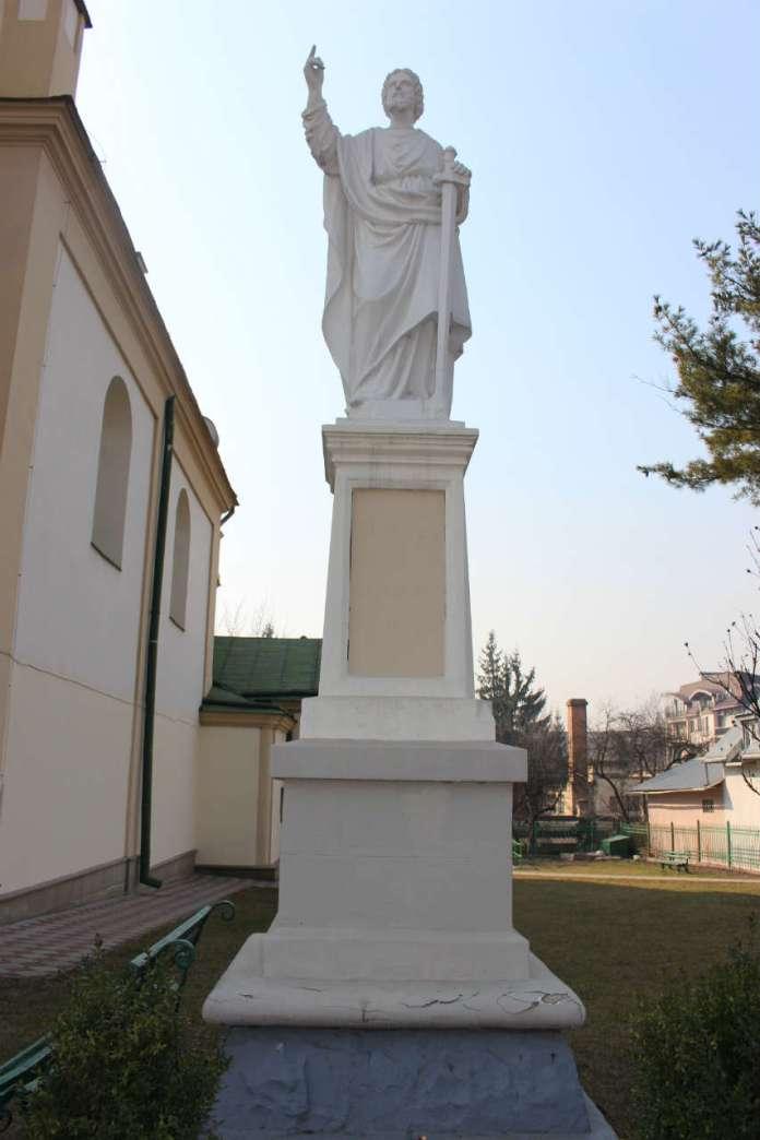 Фігура апостола Павла на тер. храму. Фото 2015 року