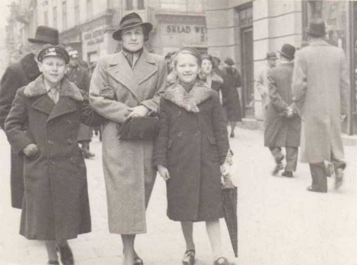 Родинна прогулянка нин. проспектом Шевченка. Фото до 1939 р.