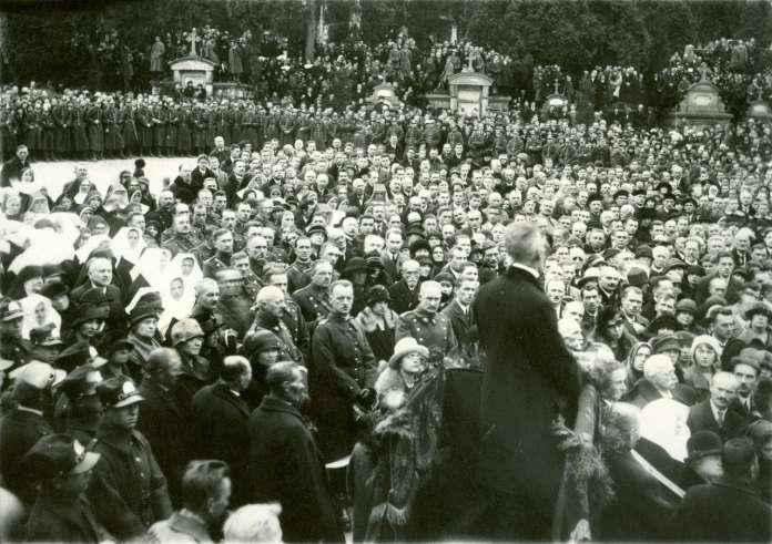 Урочистий похорон шкільного куратора Собінського. Фото міжвоєнної доби