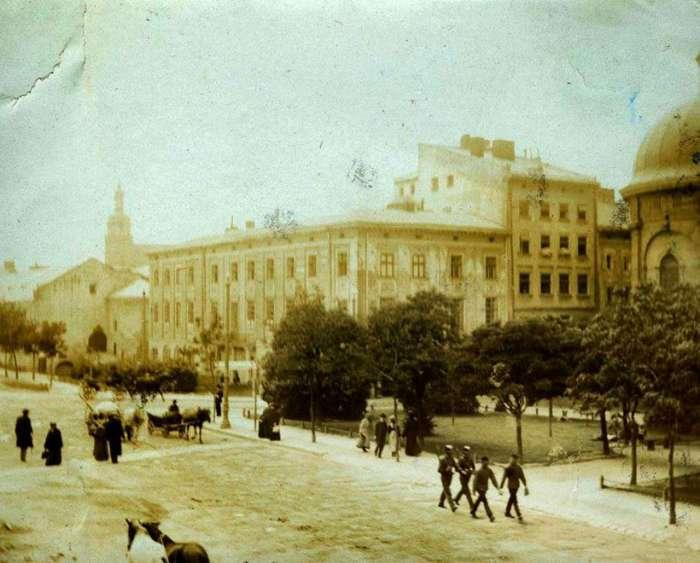 Вулиця Підвальна, посередині будинок Меллера. Фото кін. XIX ст.