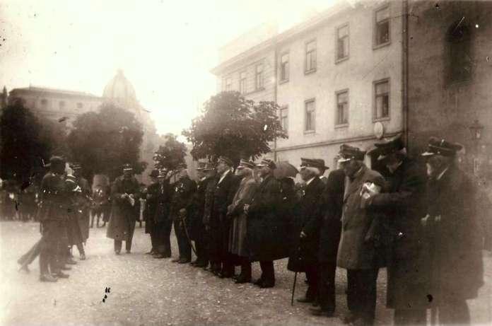 Ветерани Січневого повстання 1863 року на фоні будівлі каси. Фото 1923 року