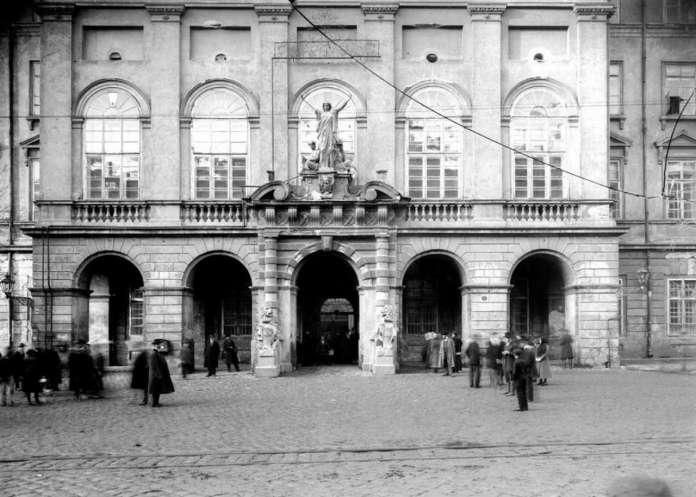 Загальний вигляд на вхід до ратуші, поч. XX ст.