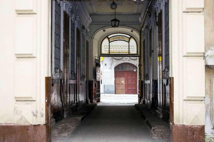 Вигляд з внутрішнього двору будинку Ландау на нин. вул. Дорошенка. Фото 2015 року