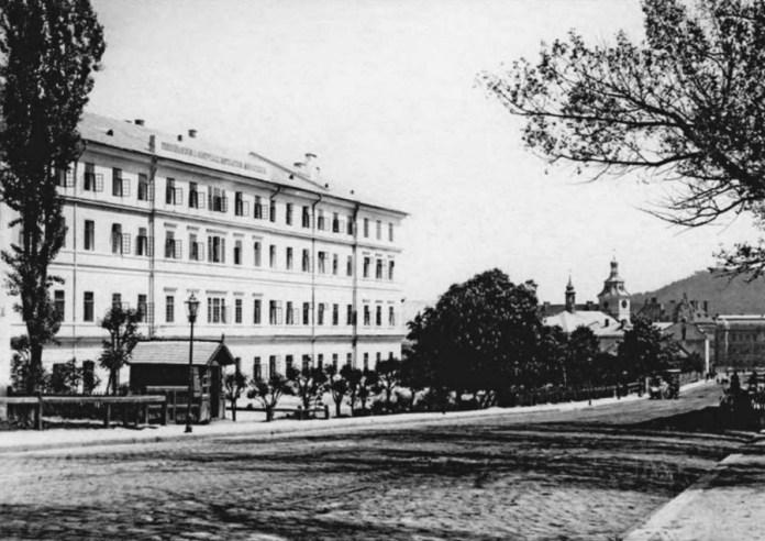 Вигляд на казарми з вул. Городоцької. Фото Йозефа Едера, бл. 1880-го року