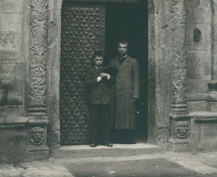 При вході до каплиці Трьох Святителів Успенської церкви. Фото 1910 року