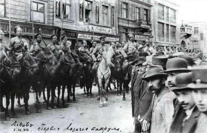 Російські козаки на площі Ринок, праворуч - щойно завершений універмаг Ціппера. Фото 1914 року