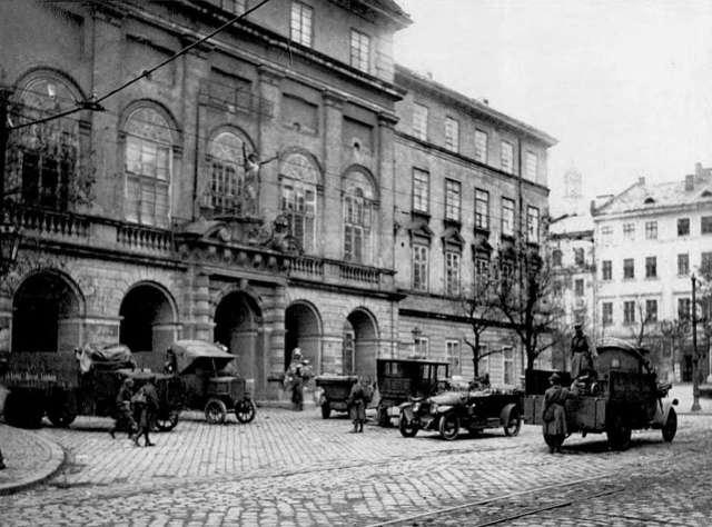 Композиція над входом до ратуші під час листопадових подій 1918 року