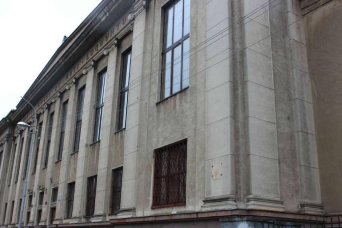 Фрагмент фасаду бібліотеки Політехніки. Фото 2015 року