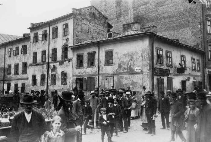 Люди на неїснуючій нині вулиці Законтна, на давньому Краківському передмісті. Фото поч. XX ст.