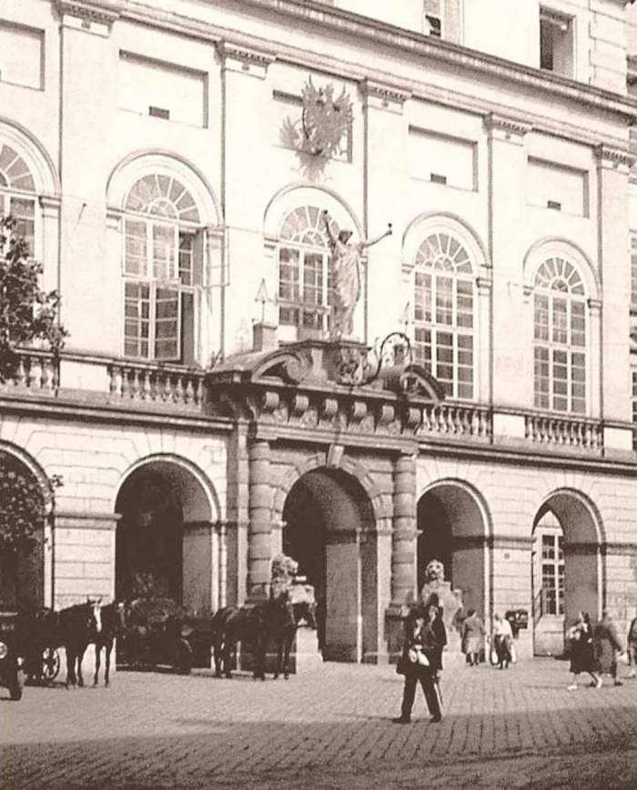 Портал Ратуші на фото 1928 року