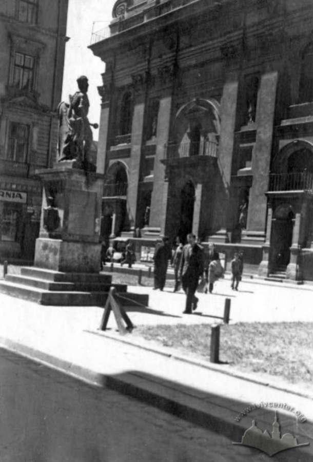 Скульптура Яблоновського перенесена на площу Трибунальську (нині - Яворського). Фото 1930-х рр.