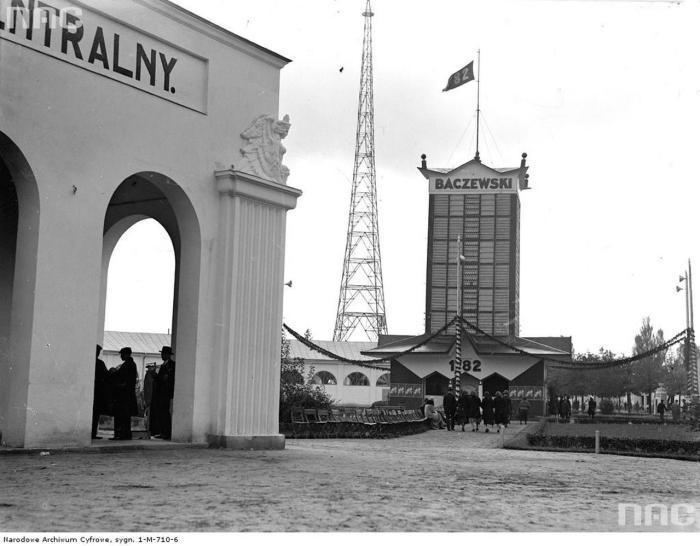 Рекламна вежа фірми Бачевського у Стрийському парку, фото, 1921 рік.