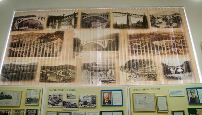 Жалюзі зі старими фотографіями мостів Львівської залізниці.