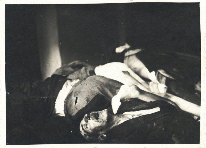Трупи розстріляних в'язнів у камерах в'язниці на Лонцького. м. Львів, 1 липня 1941 р. Деякі такі камери німцям довелося замурувати, щоб уникнути епідемії. Повторну ексгумацію провели в лютому 1942 р. коли вдарили морози.