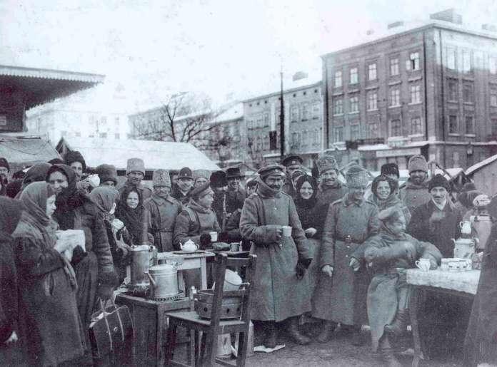 Російські військові та місцеве населення на Краківській торговиці. Фото 1915 року