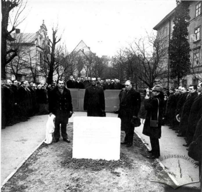 Закладення меморіальної плити на місці майбутнього монументу. Фото 1964 року