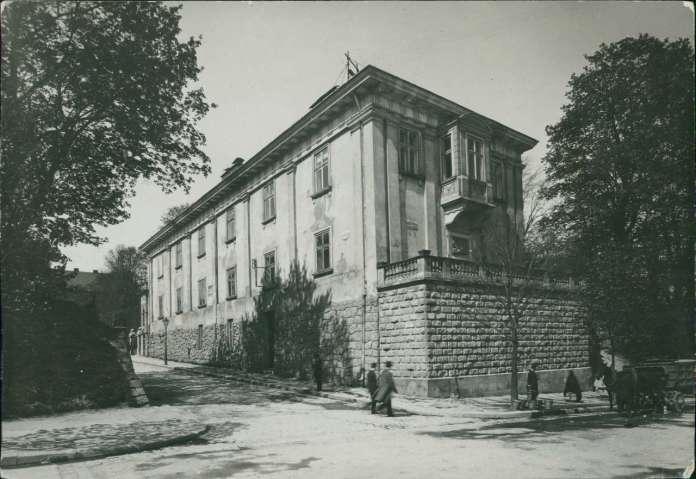 Перебудована споруда арсеналу Сенявських-бібліотеки Баворовських. Фото 1916 року