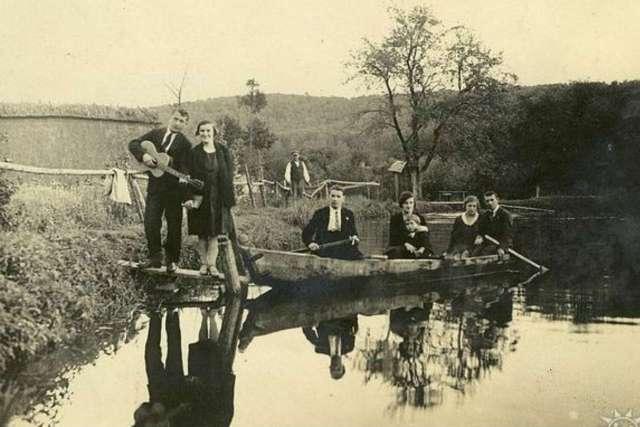 Відпочивальники на ставу у заплавах Маруньки. Фото міжвоєнного періоду