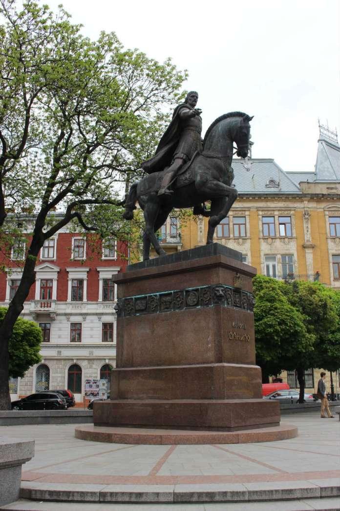 Монумент засновнику Львова на давній площі Галицькій. Фото 2015 року