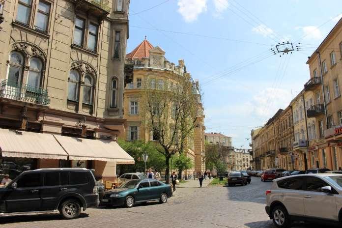 Вид на вулицю Саксаганського у напрямку до вулиці І. Франка. Фото 2015 року