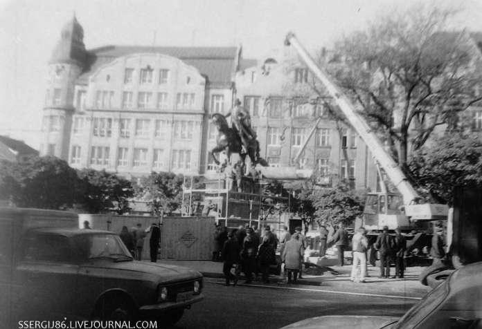 Роботи з монтажу монументу Данилові Галицькому. Фото 2001 року