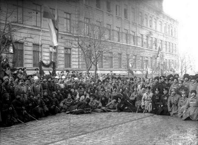 Групове фото російських військових на вулиці Замарстинівській. Фото 1914 року