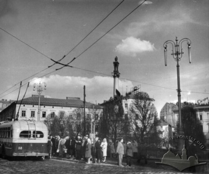 Тролейбусна зупинка на пл. Міцкевича, фото, 1960-1965 роки.