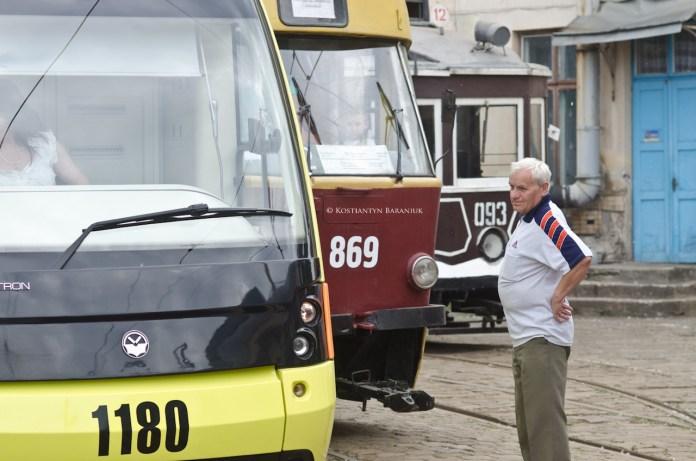 """Трамваї """"Electron T3L44"""" №1180, """"Tatra T4SU"""" №869 та """"Sanok SW-1"""" №093."""