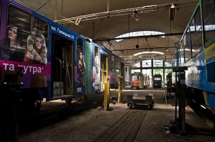 Трамваї в ремонтному  цеху.